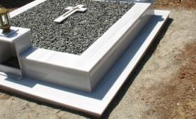 Ιερέας μετέτρεψε τα μνήματα σε…τεφτέρι -Έγραφε στα μάρμαρα τις οφειλές για τη χρήση των τάφων [βίντεο].