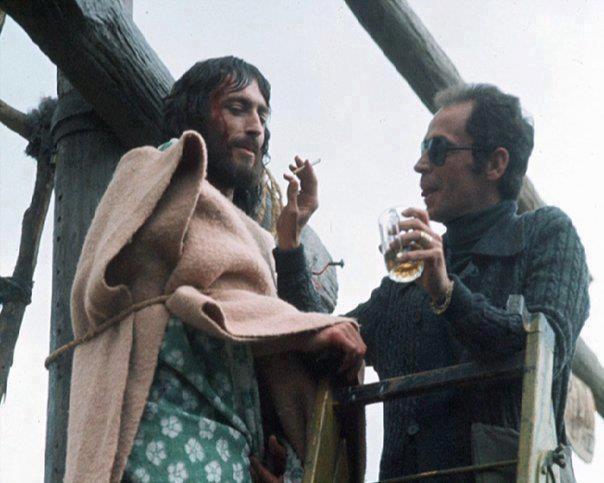 «Ιησούς από τη Ναζαρέτ» Φωτογραφία από τα γυρίσματα με ποτό και τσιγάρο.